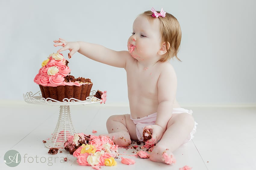 Annaliese's birthday photo session with cake and bath splashing 1