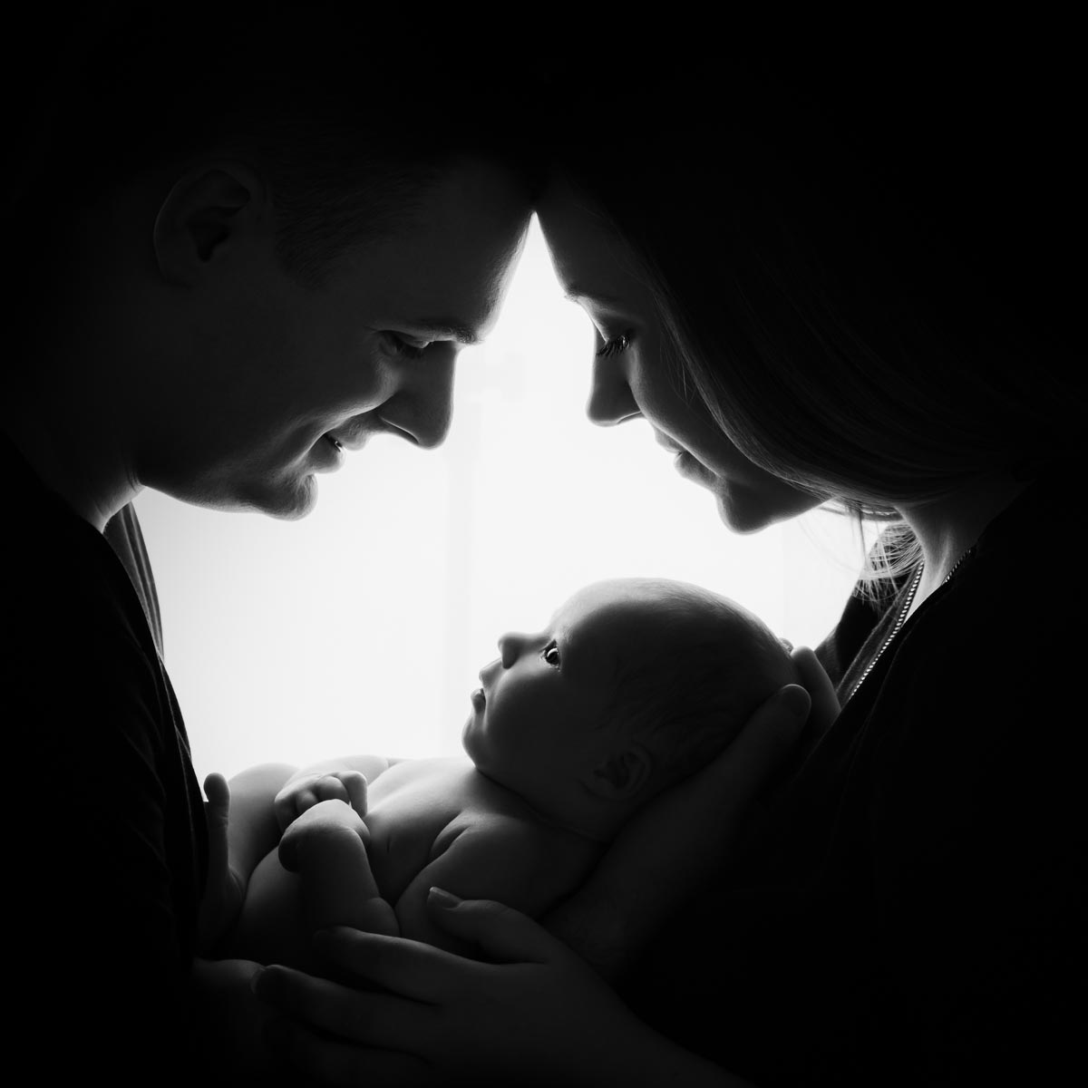 awake newborn photo with parents