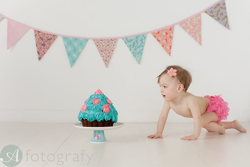 Cake smash photography with cute Charlotte 36