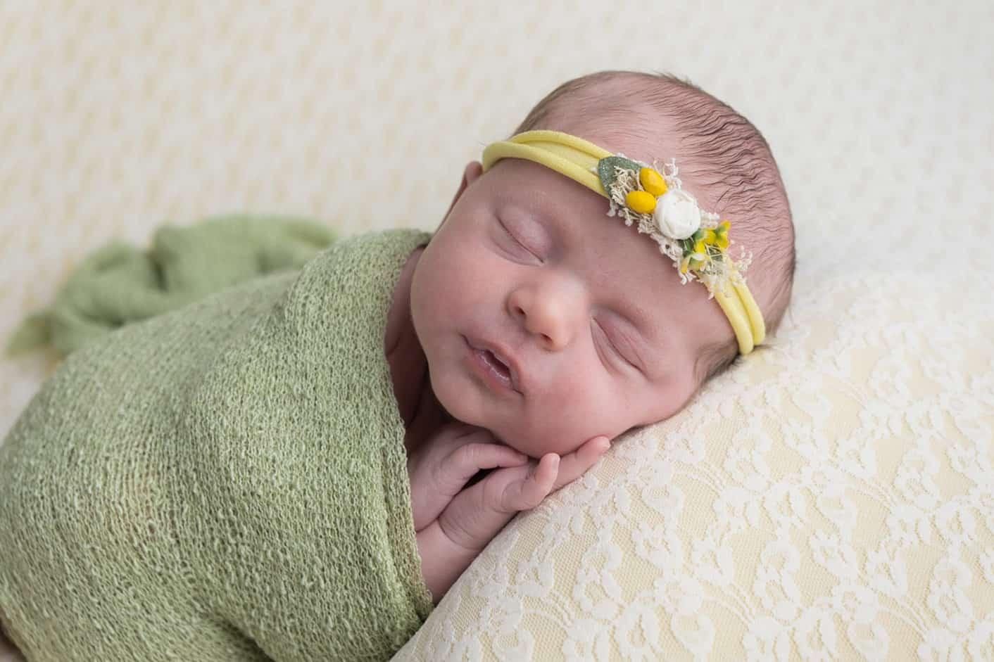 Newborn photos at home vs a newborn photoshoot in a photography studio. 4