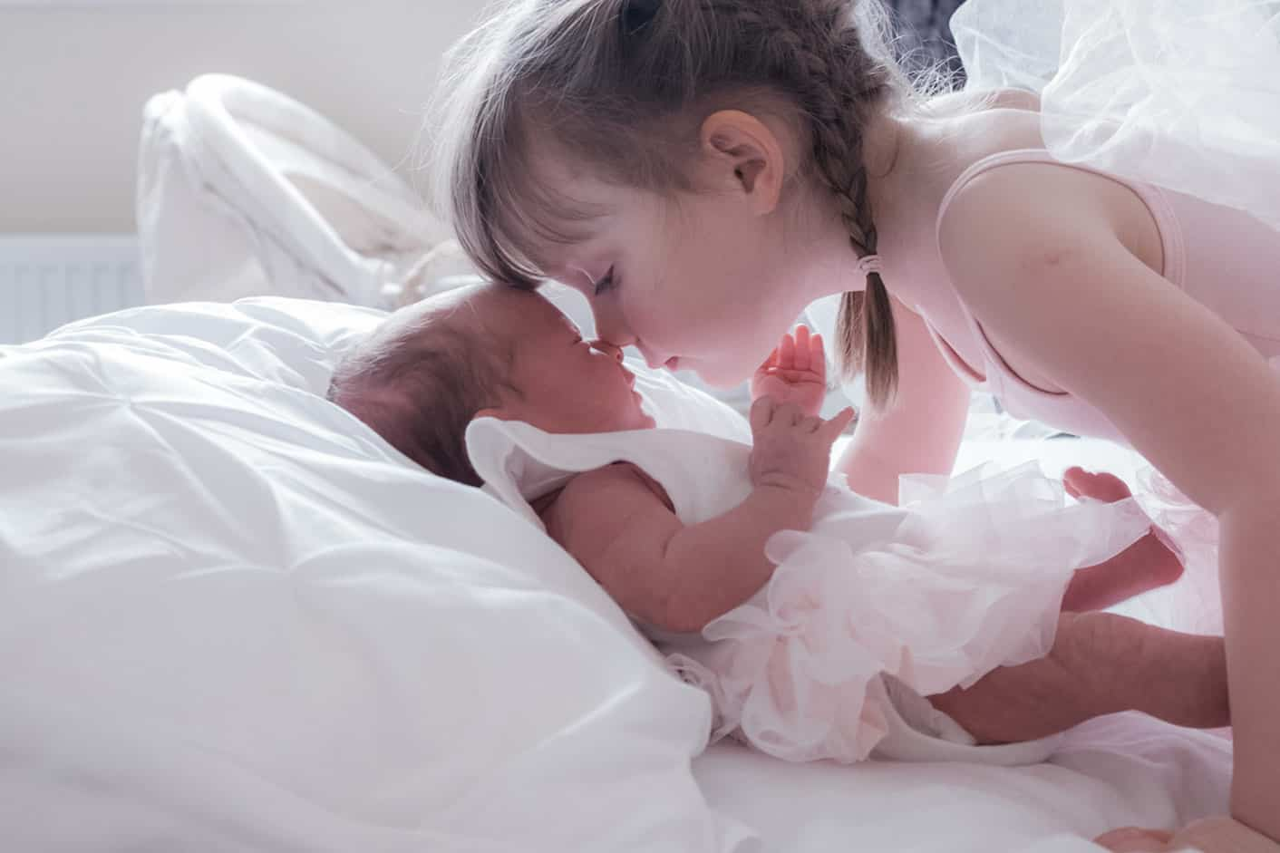 Home or studio newborn photo session. 4