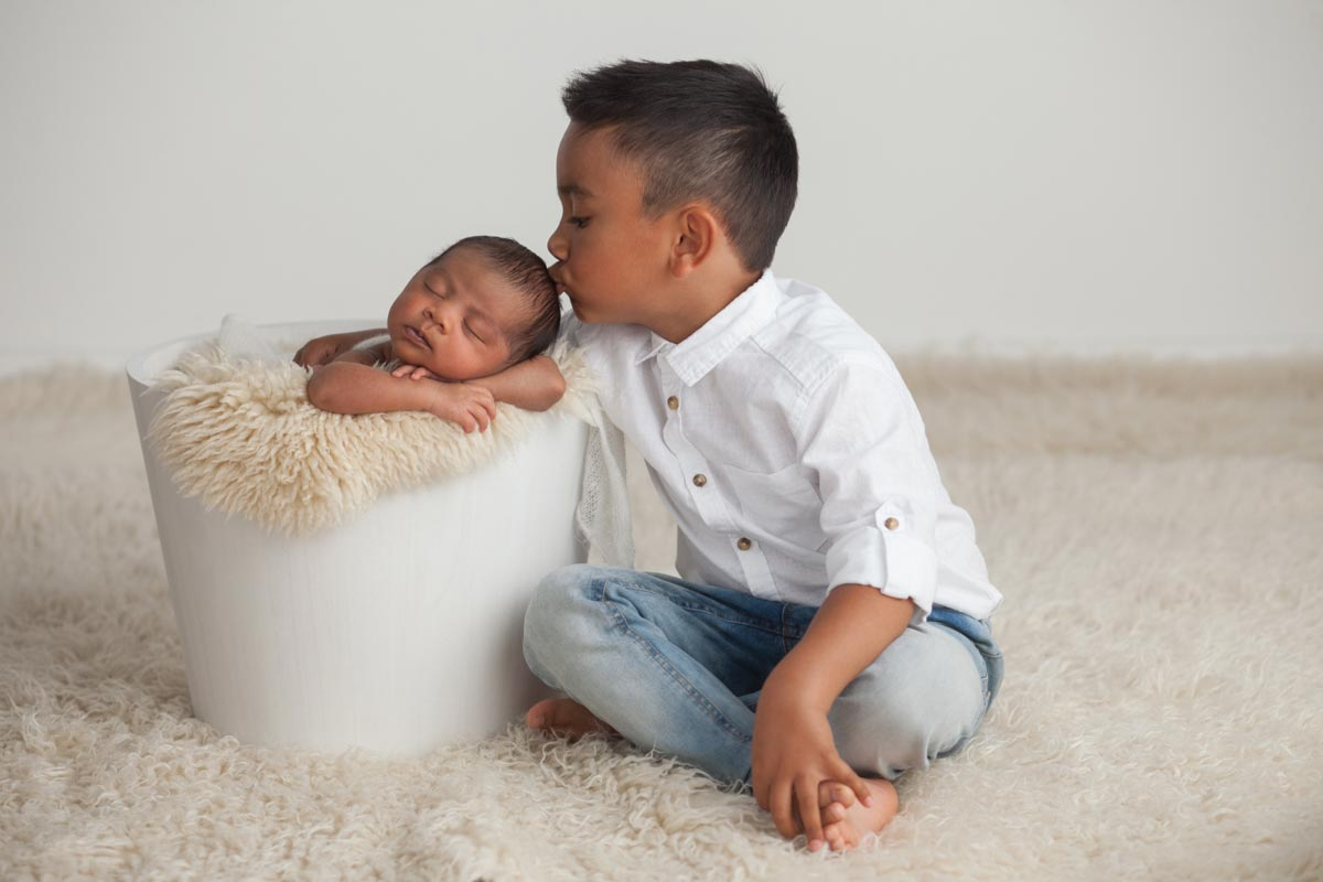 Sibling with newborn photos
