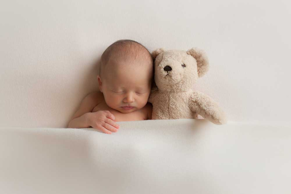 10 NEWBORN PHOTOGRAPHY POSES FOR BEGINNERS INCLUDING CHEAT SHEET 1