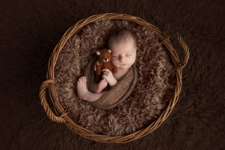 10 NEWBORN PHOTOGRAPHY POSES FOR BEGINNERS INCLUDING CHEAT SHEET 92